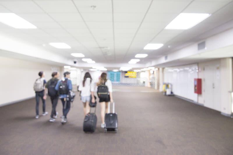 Vage passagier die aan poortmanier bij Donmuang-Luchthaven lopen: Thailand Het abstracte onduidelijke beeld van de onduidelijk be royalty-vrije stock afbeeldingen