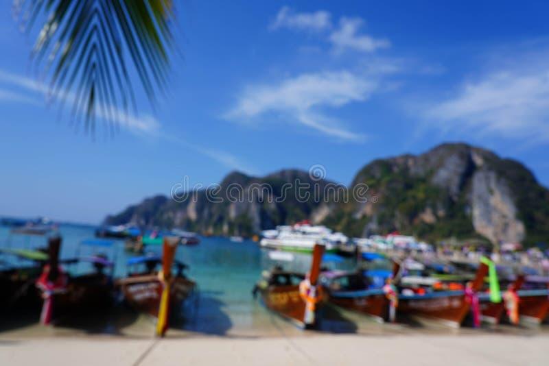 Vage Toneelbaai van Phi Phi-eiland met Thaise boten, Krabi, Thailand stock afbeelding