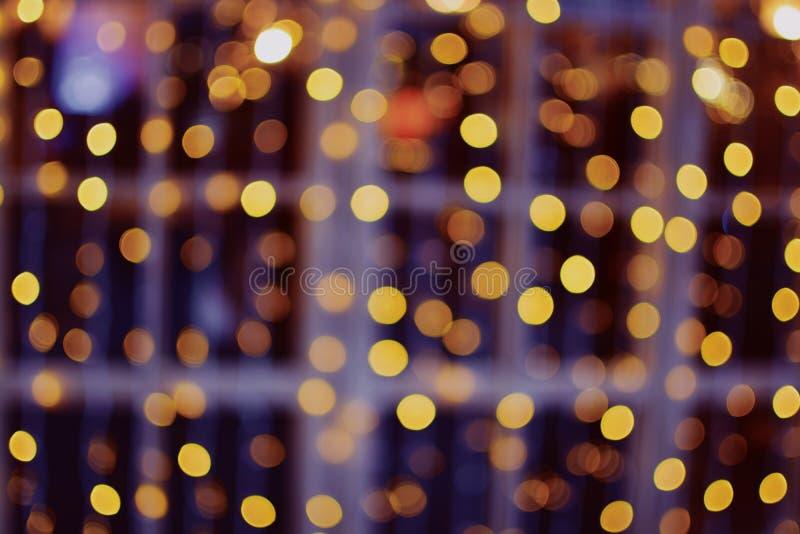 Vage uit glanzende gestippelde lichte decoratie op een storefront stock afbeelding