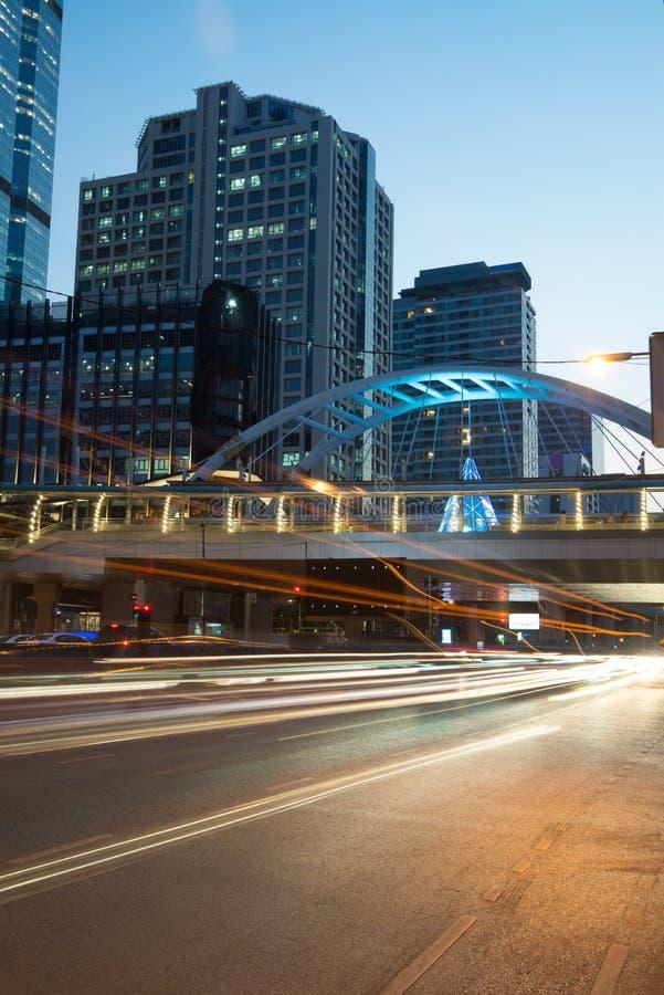 Vage verkeerslichtslepen op weg bij nacht in Bangkok thailand stock afbeeldingen