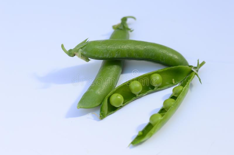 Vagens da ervilha e ervilhas verdes fotografia de stock
