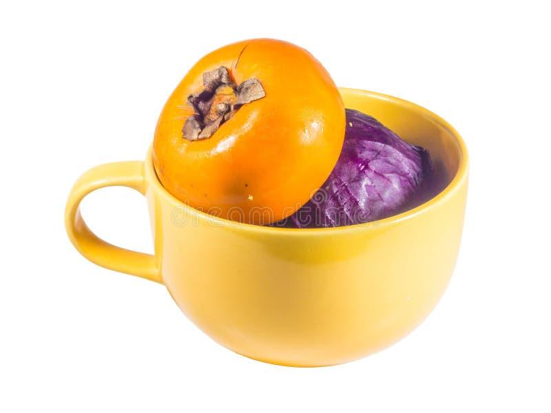 Vagetable en taza amarilla grande del vistazo de la sopa imagen de archivo