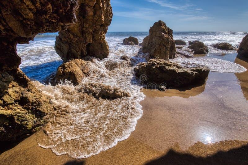 Vagga b?gen p? El-matador Beach arkivfoto