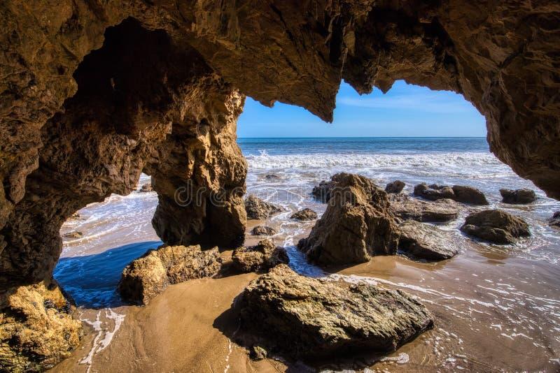 Vagga b?gen p? El-matador Beach arkivbilder