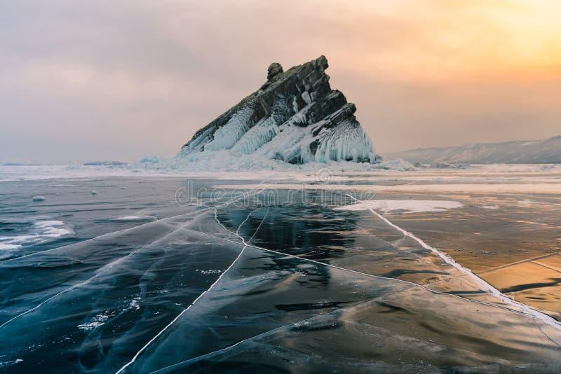 Vagga berget i Baikal Sibirien Ryssland vintersäsong royaltyfri fotografi