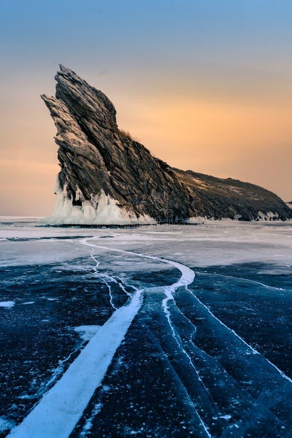 Vagga berget på att frysa vattensjön royaltyfria foton