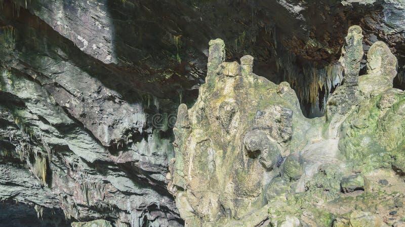 Vagga bildande och stalaktit på taket av grottan fotografering för bildbyråer