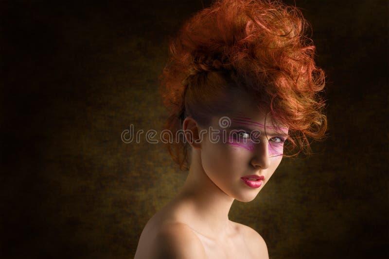 Vagga den aggressiva skönhetkvinnan arkivbilder