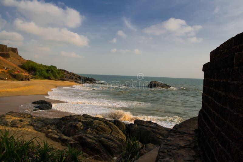 Vagga det fasta fortet och near vid den härliga stranden arkivbild