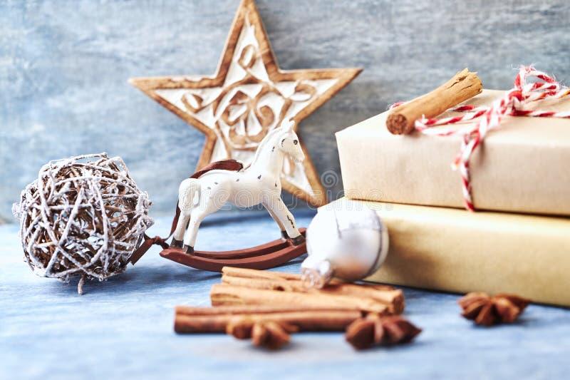 Vagga häst, jul stjärna, struntsak och julklappar arkivfoto