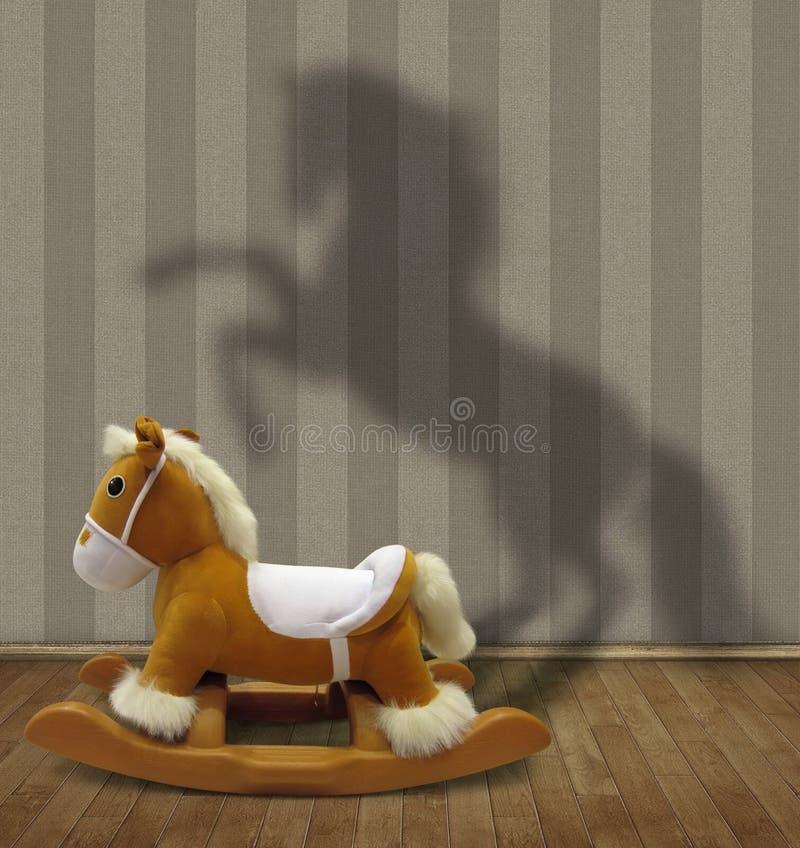 Vagga hästen och dess skugga royaltyfri foto
