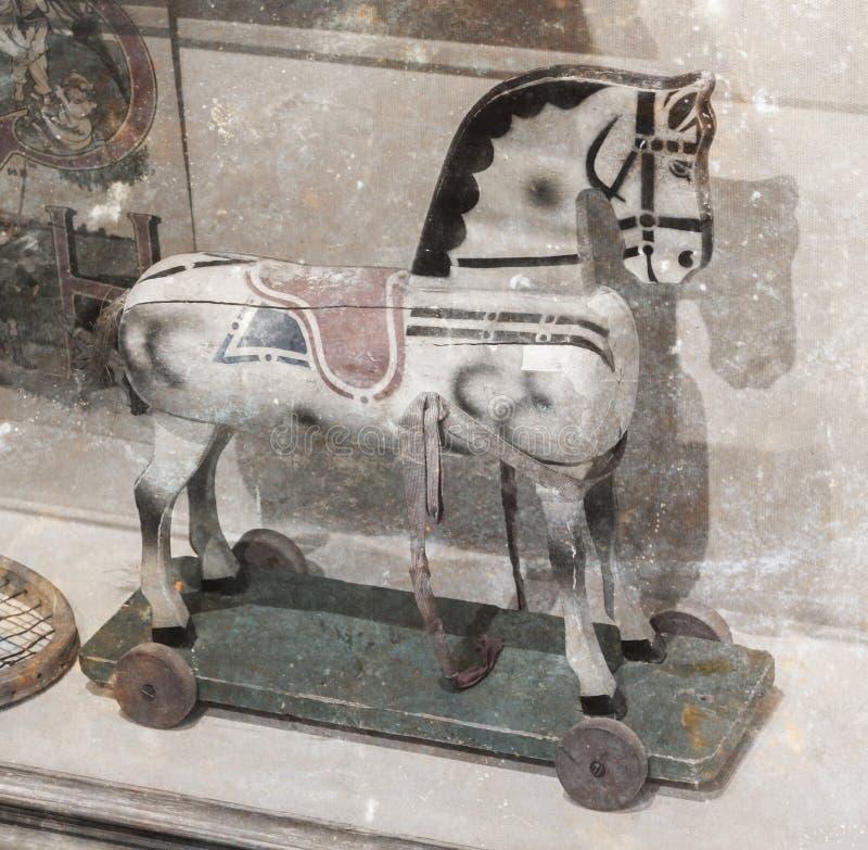 Vagga hästen, tappning royaltyfri foto