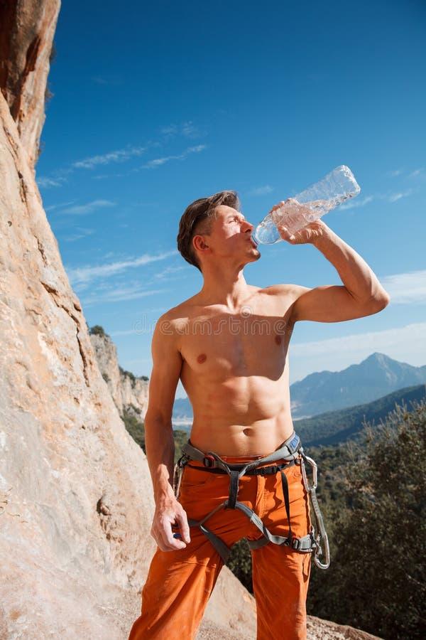 Vagga klättraredrinkvatten över bergen royaltyfria foton