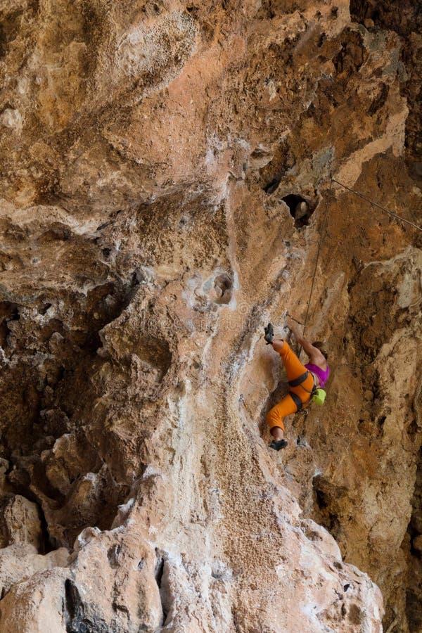 Vagga klättrareflickan i orange flåsanden royaltyfria foton