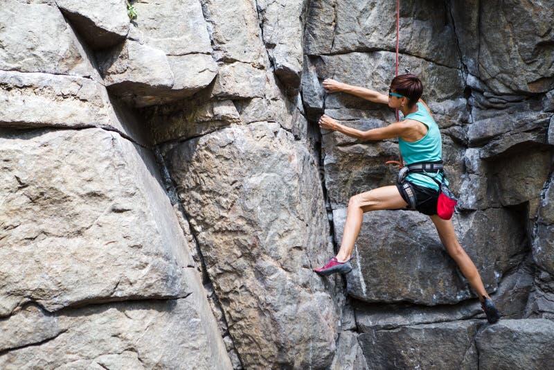 Vagga klättraren utbildar på naturlig terräng arkivbilder