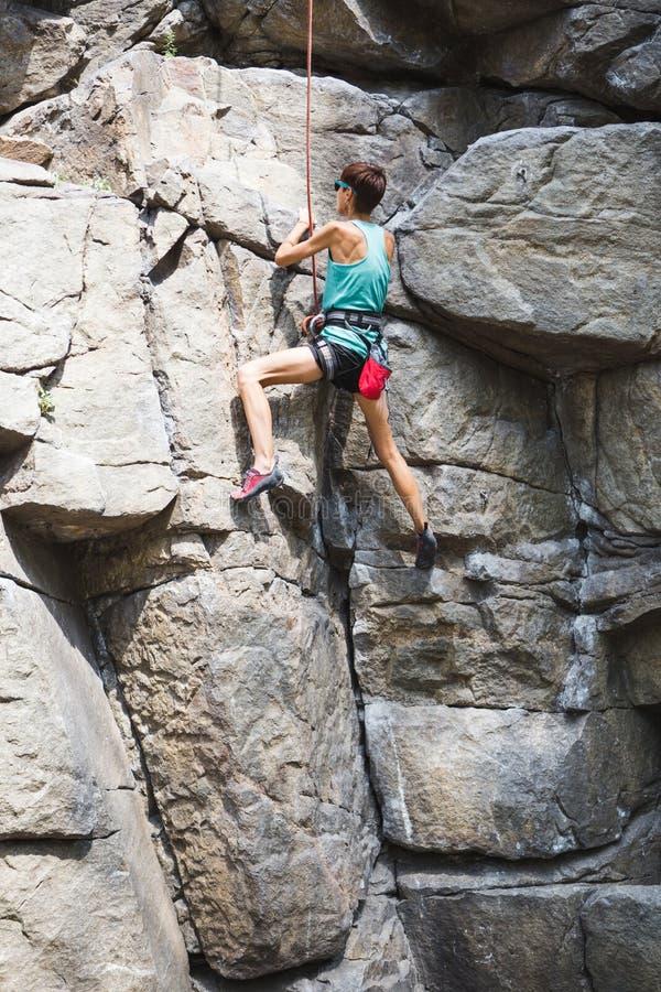 Vagga klättraren utbildar på naturlig terräng royaltyfri foto