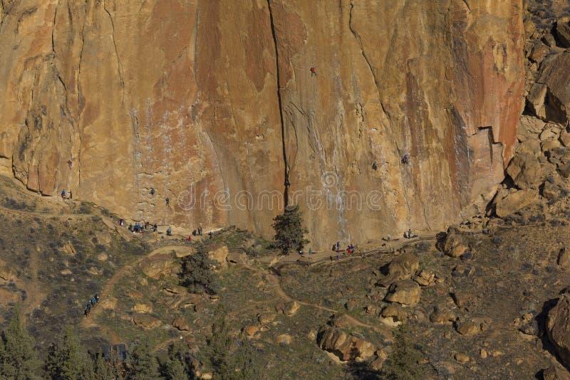 Vagga klättringen i Smith Rock Park, ELLER royaltyfri foto