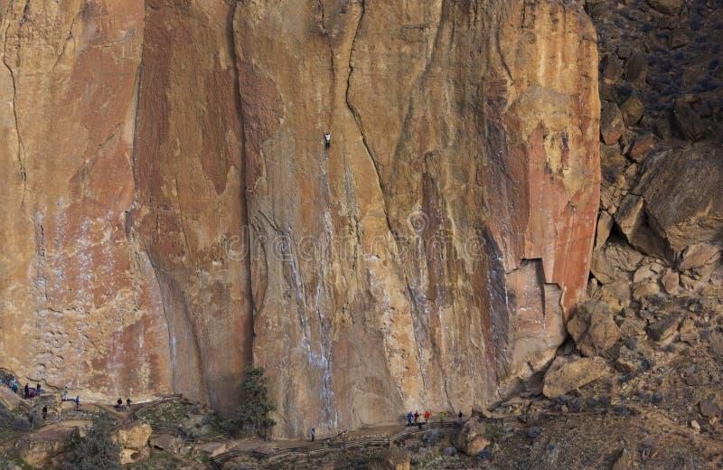 Vagga klättringen i Smith Rock Park, ELLER royaltyfria bilder