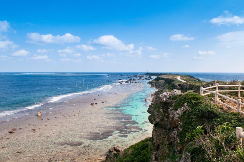 Vagga klippan och udde av östlig udde Hennazaki, Miyako, Okinawa, Jap arkivfoton
