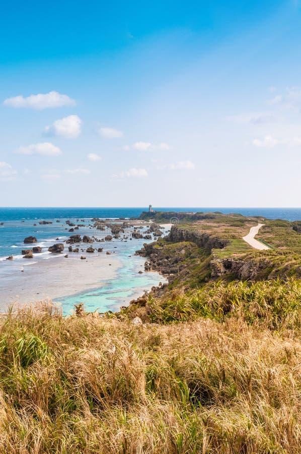 Vagga klippan och udde av östlig udde Hennazaki, Miyako, Okinawa, Jap arkivbild