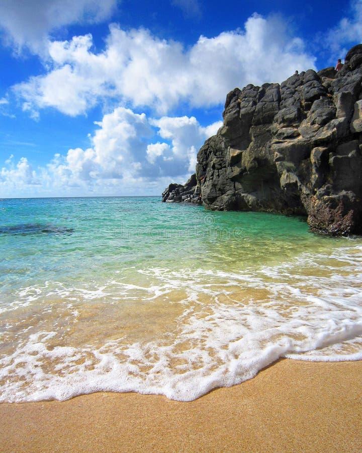 Vagga klippor som leder in i blå himmel och havet royaltyfri fotografi