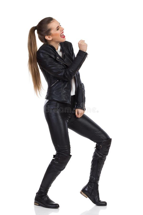 Vagga kvinnan som agerar att sjunga royaltyfri foto