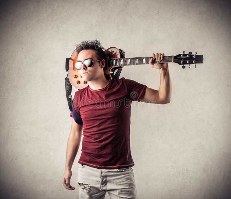 Vagga mannen med en gitarr arkivfoto