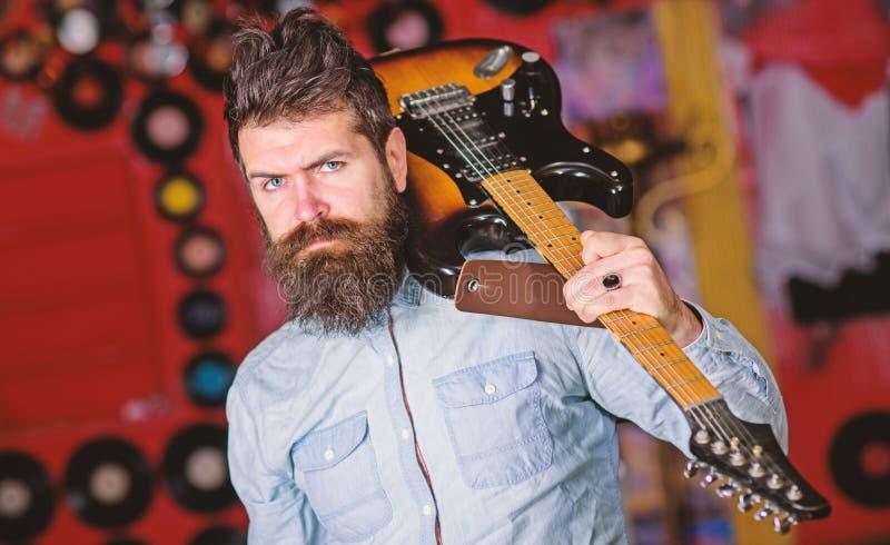 Vagga musikerbegreppet Musiker med den elektriska gitarren för skägglek Den begåvade musikern, solisten, sångare bär gitarren in royaltyfri foto