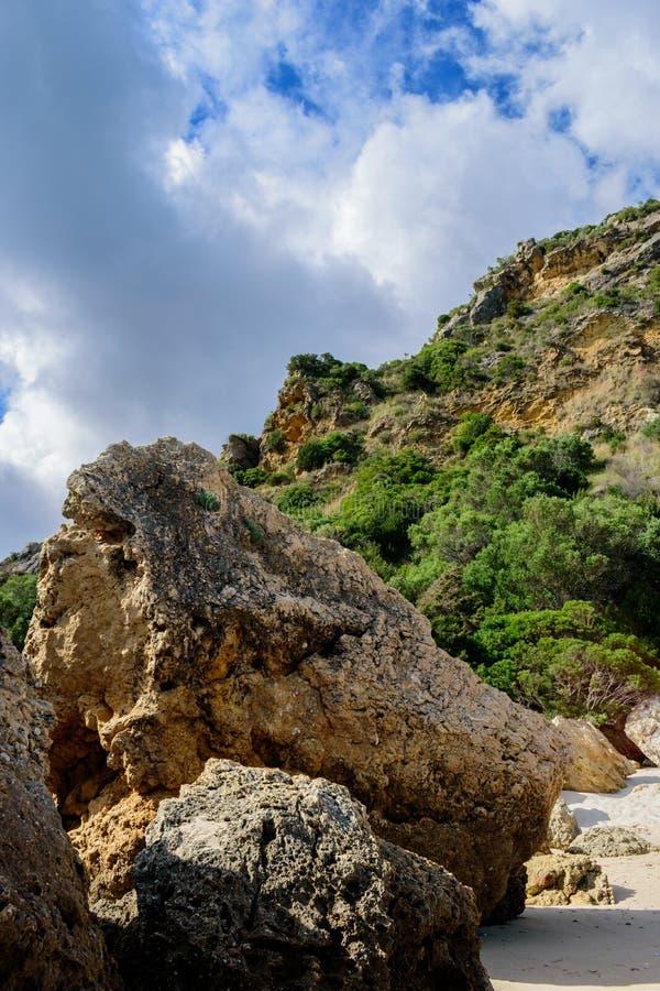 Vagga, och berget i molnig dag på stranden av Creiro som är naturlig parkerar av den Serra da Arrà ¡ bidaen, Setúbal - Portugal arkivfoto