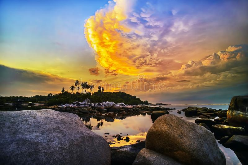 Vagga och den bintan för stranden sunset2 Indonesien för wonderfull för riauislaand apan asia royaltyfri foto