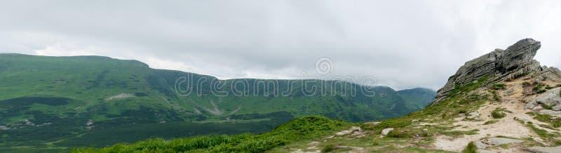 Vagga och det gröna berglandskapet arkivbild