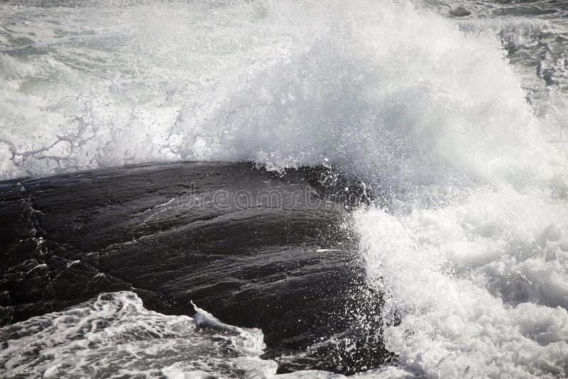 Vagga och klippalandskapet vid havet arkivfoto