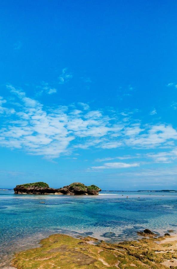 Vagga och stena landskap av den Hoshizuna stranden, Iriomote isalnd - Oki royaltyfria bilder