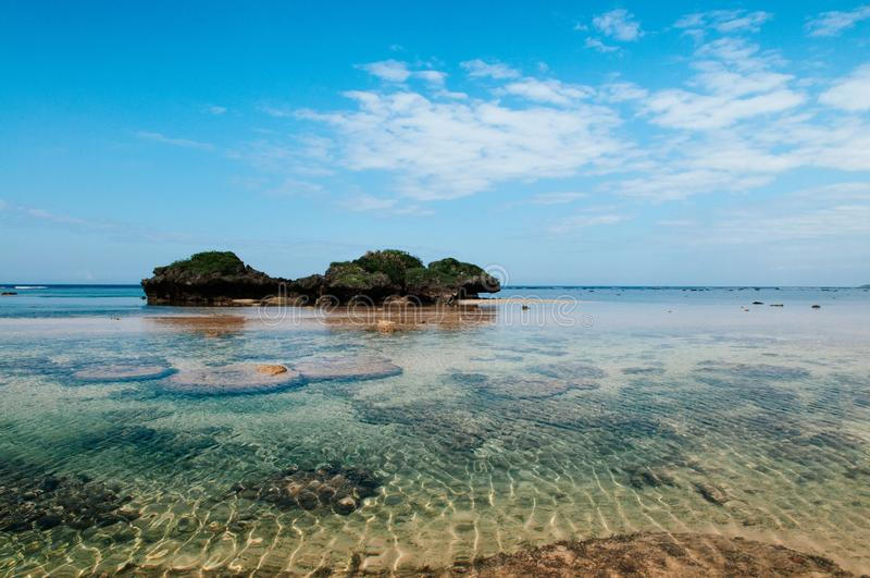 Vagga och stena landskap av den Hoshizuna stranden, Iriomote isalnd - Oki fotografering för bildbyråer