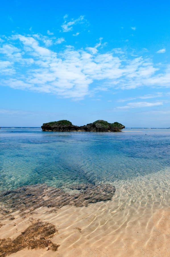 Vagga och stena landskap av den Hoshizuna stranden, Iriomote isalnd - Oki royaltyfri fotografi