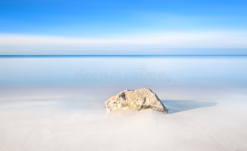 Vagga på en vitt sandstrand och hav på horisont arkivbilder