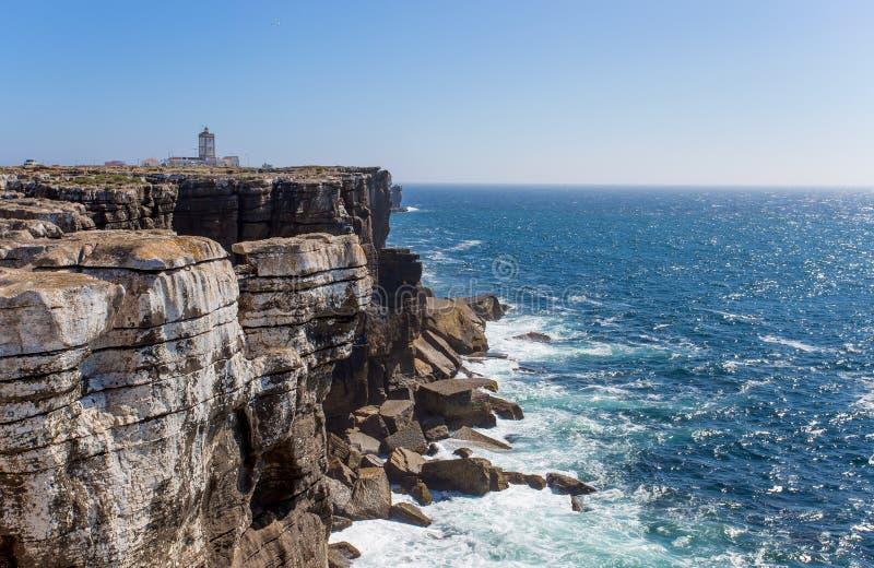 Vagga siktsbakgrund med fyren av udde Carvoeiro, Peniche, Portugal/havet vaggar bakgrund/svart vaggar royaltyfria bilder