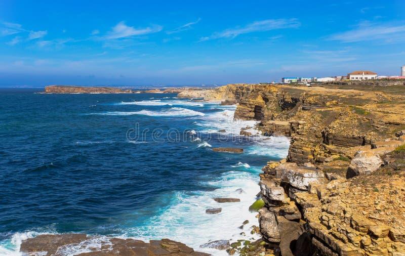Vagga siktsbakgrund nära udde Carvoeiro, Peniche, Portugal royaltyfria bilder