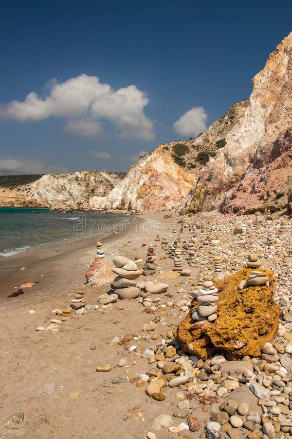 Vagga skulptur p? stranden royaltyfri bild