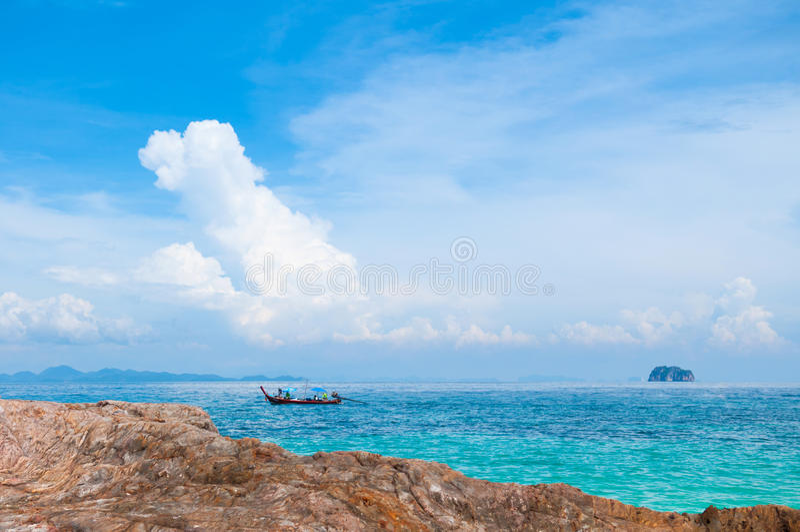 Vagga stranden med kristallklart vatten och fartyget royaltyfria foton