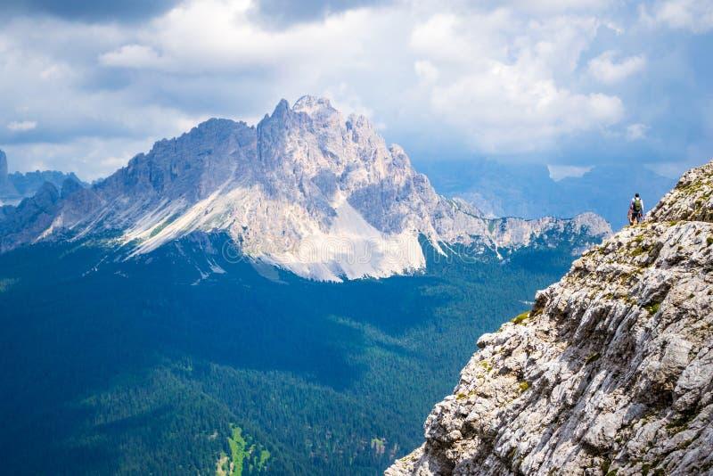Vagga travers med en sikt in mot Monte Cristallo på en ljus och varm sommardag Panoramautsikter över Dolomiteberg royaltyfria foton
