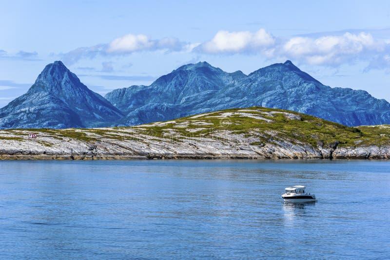 Vaggar av den Landegode ön som sett bak den Hjartoya ön i Bodo Municipality, det Nordland länet av Norge Vatten av det norska hav arkivbilder