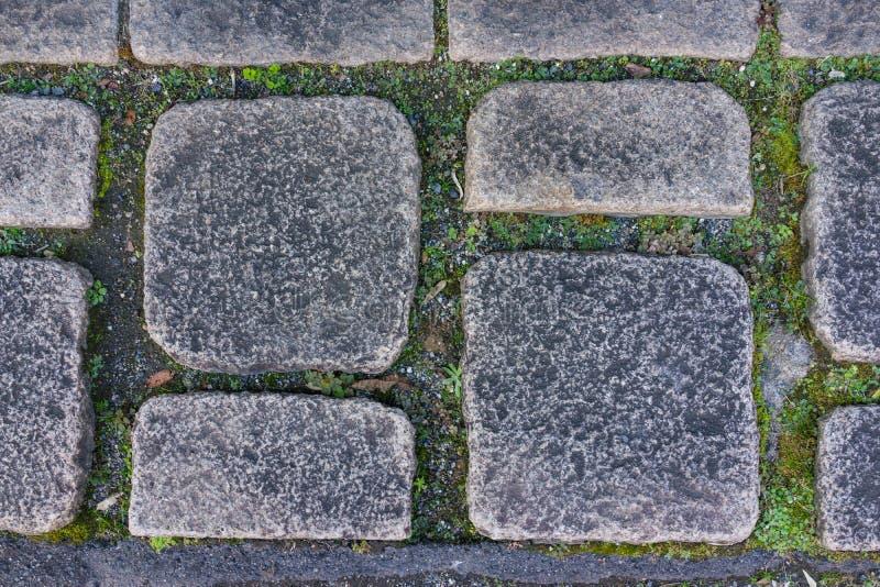 Vaggar den mörka granitstenen för åldrig smuts golvtegelplattan som bakgrund i ce royaltyfria foton