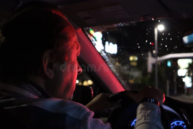 vaggar den pittoreska vägen för dramanatten skyen Bil för sikt från inre Naturlig lampa mannen som kör en bil på natten i framsid royaltyfri bild