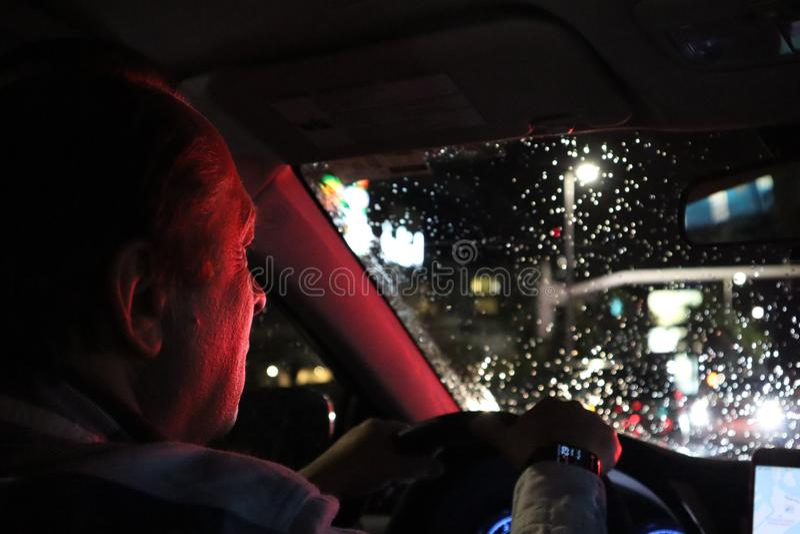 vaggar den pittoreska vägen för dramanatten skyen Bil för sikt från inre Naturlig lampa mannen som kör en bil på natten i framsid royaltyfri fotografi