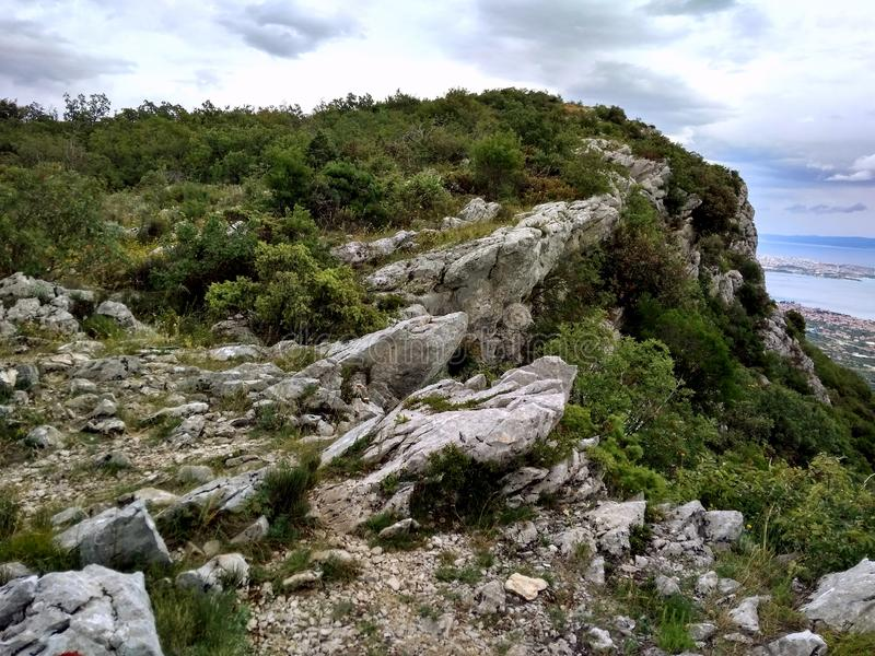 Vaggar det härliga Kroatien för stenbergklippan gråa fotoet royaltyfri bild