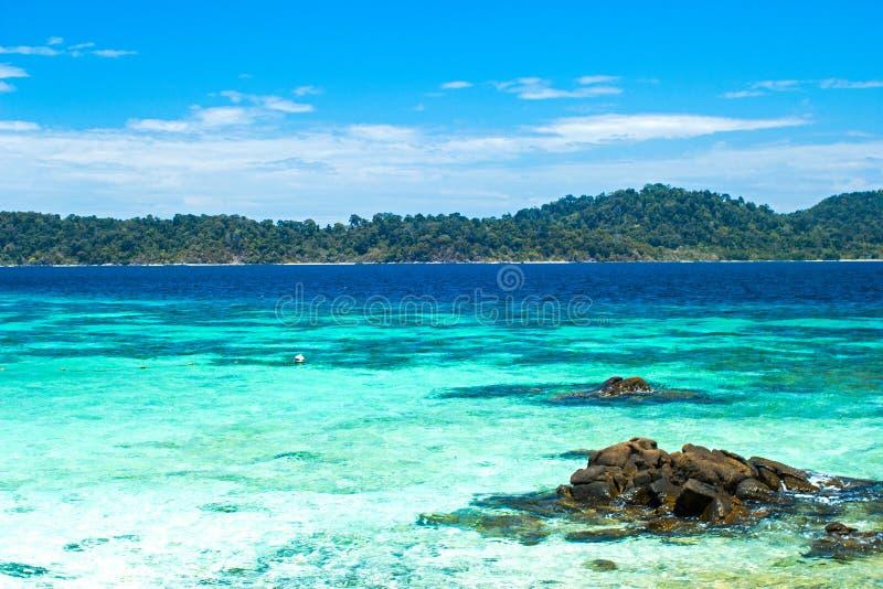 Vaggar, havet och blå himmel - den Lipe ön Thailand royaltyfri fotografi
