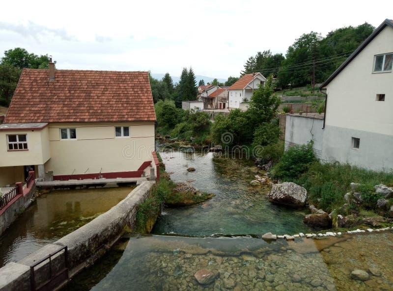 Vaggar, hus och Duman, våren av den Bistrica floden i lilla staden av Livno i Bosnien och Hercegovina arkivbilder