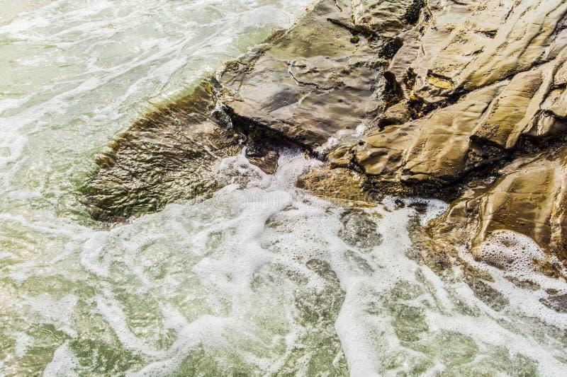 Vaggar i grunt vatten royaltyfria foton