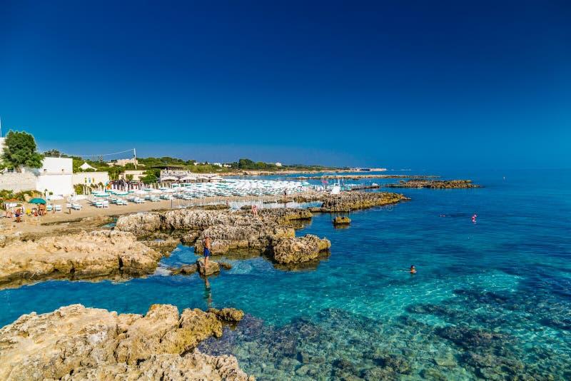Vaggar i klart havsvatten i Italien royaltyfri fotografi